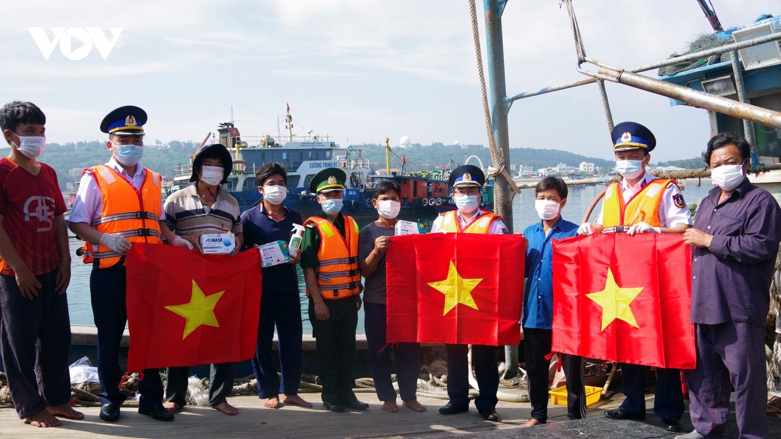 Cảnh sát biển đồng hành với ngư dânhuyện đảo Bạch Long Vĩ