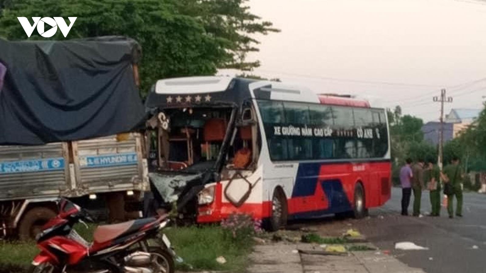 Xe khách va chạm xe tải khiến 1 người chết và nhiều người bị thương