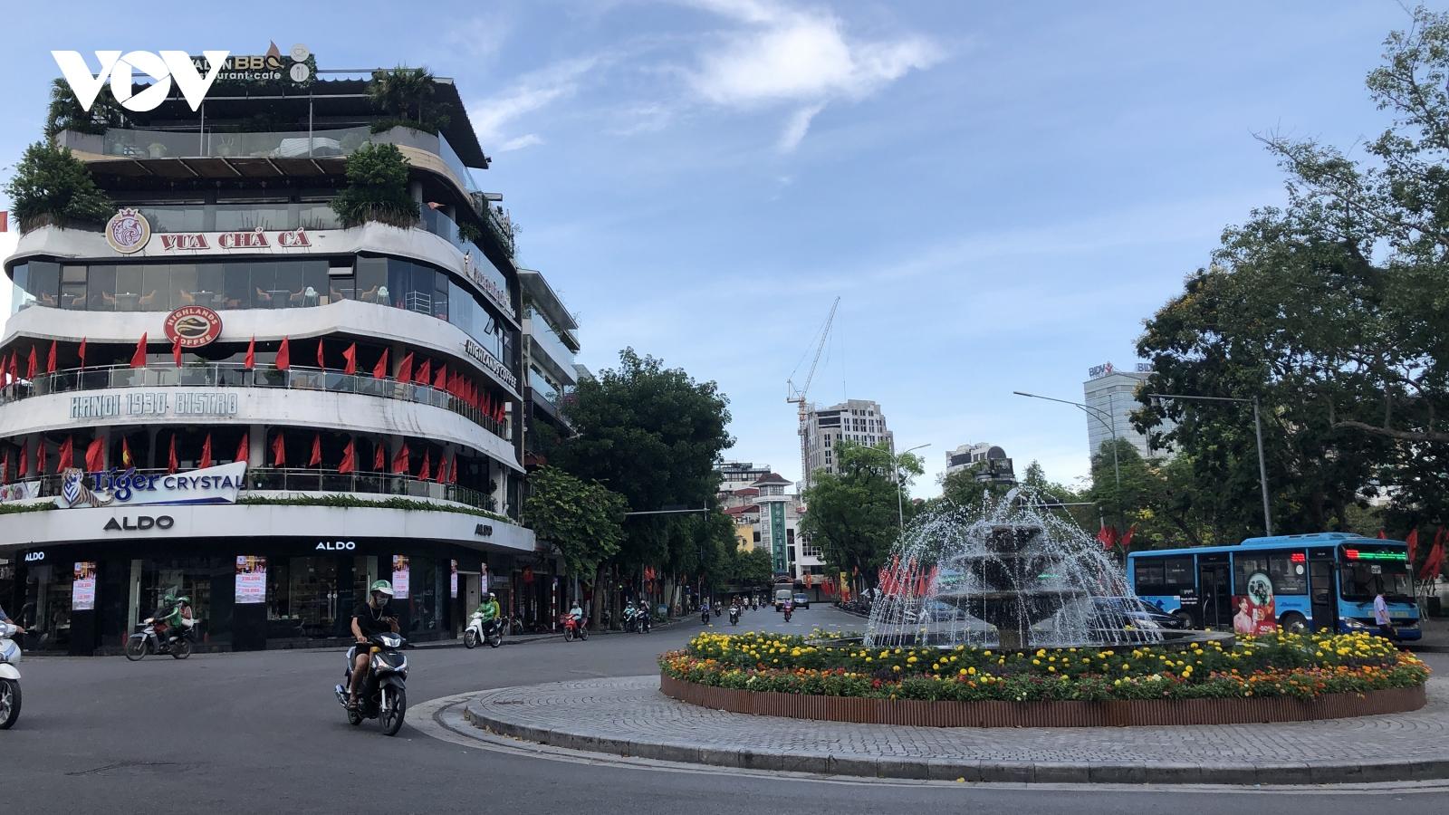 Phố phường Thủ đô vắng vẻ như ngày đầu năm mới, người dân giãn cách phòng, chống Covid 19