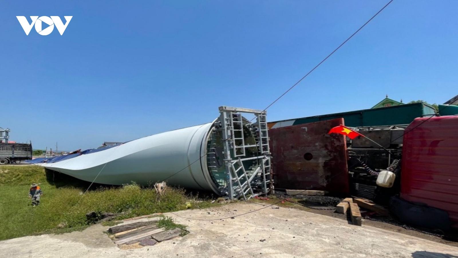 """Lật xe chở cánh quạt điện gió """"siêu khủng"""" trên Quốc lộ 1A đoạn quaQuảng Bình"""