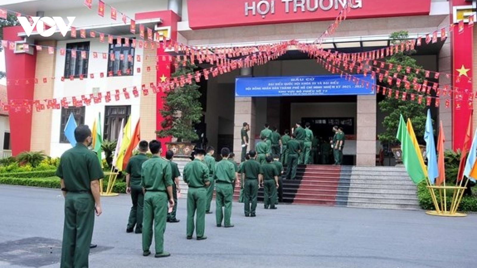 Bộ trưởng Quốc phòng cùng cán bộ, chiến sĩ các đơn vị quân đội thực hiện nghĩa vụ công dân