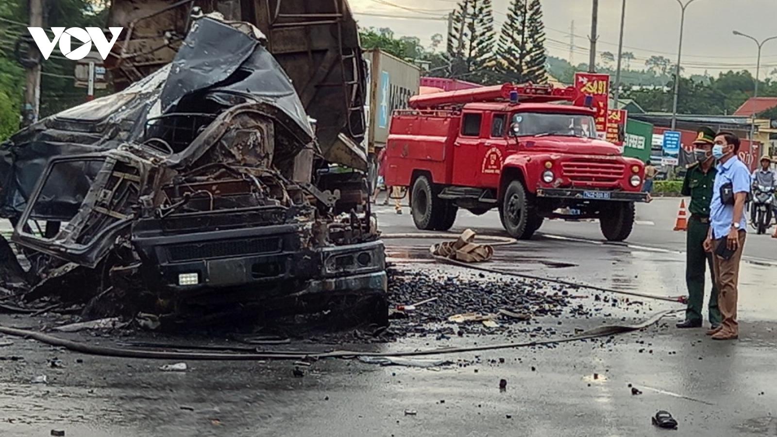 Tai nạn giữa xe đầu kéo và xe container, cả 2 xe bốc cháy