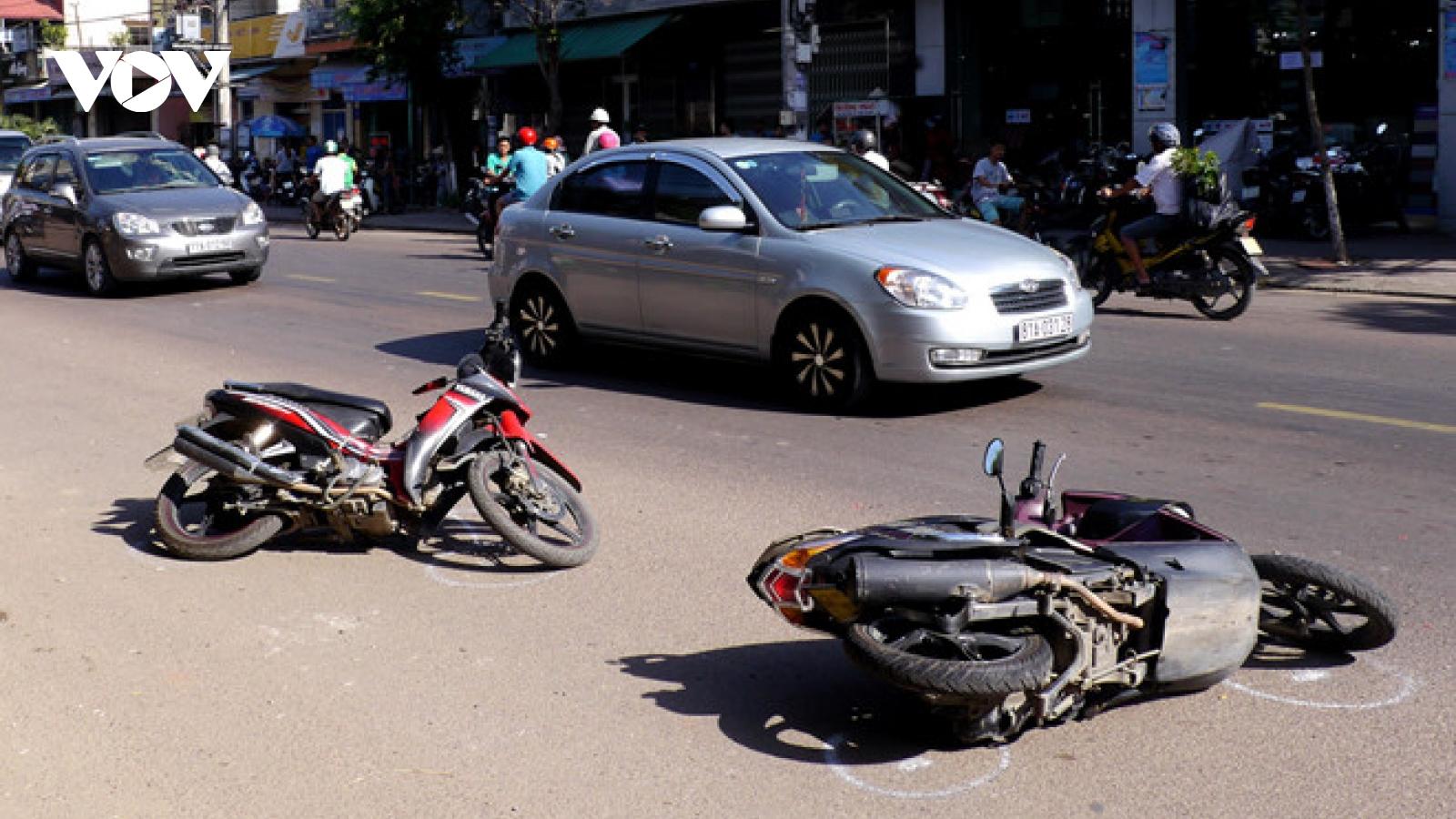Xe máy mất lái va vào cột điện, 2 cô gái trẻ tử vong