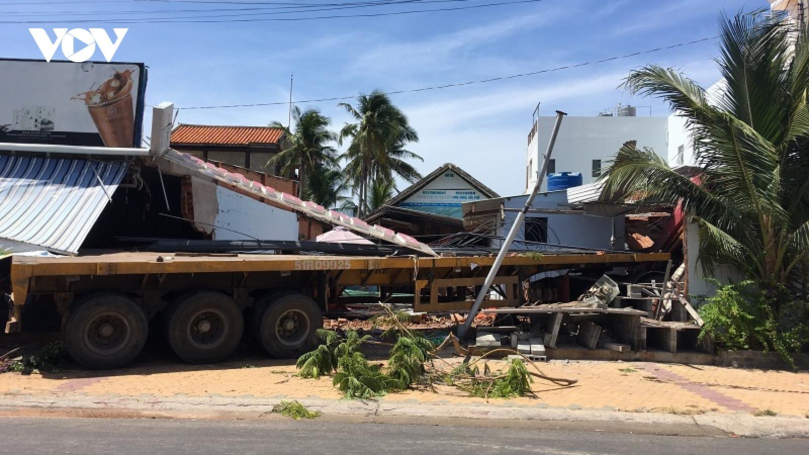 Xe đầu kéo tông sập nhà dân ở Bình Thuận