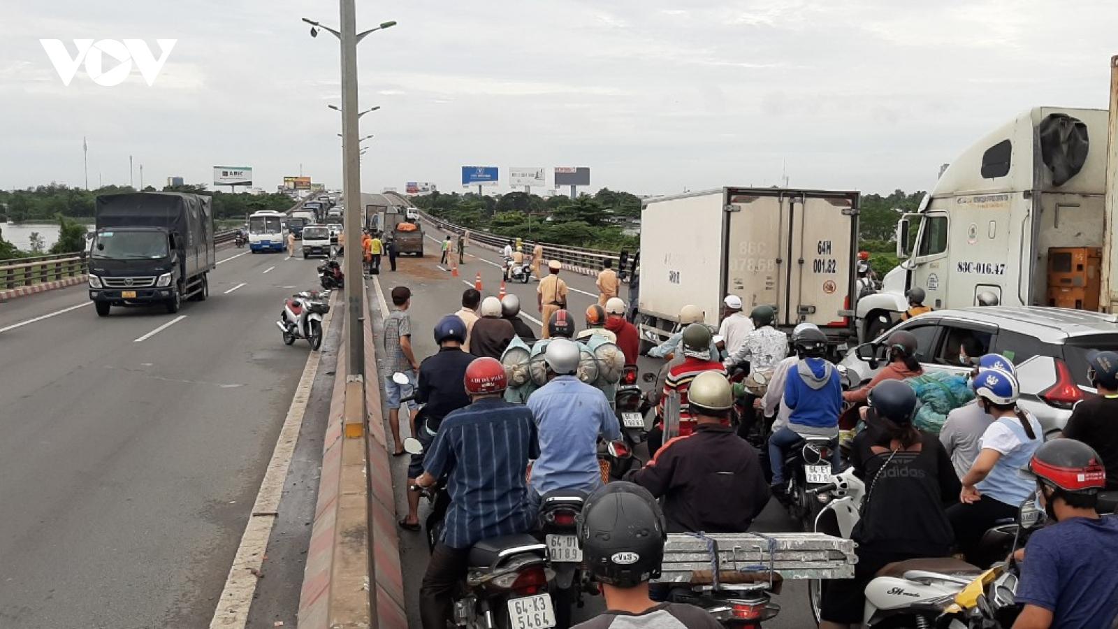 Phương tiện ùn ứ dài hàng km trên cầu Cần Thơ vì tai nạn giao thông