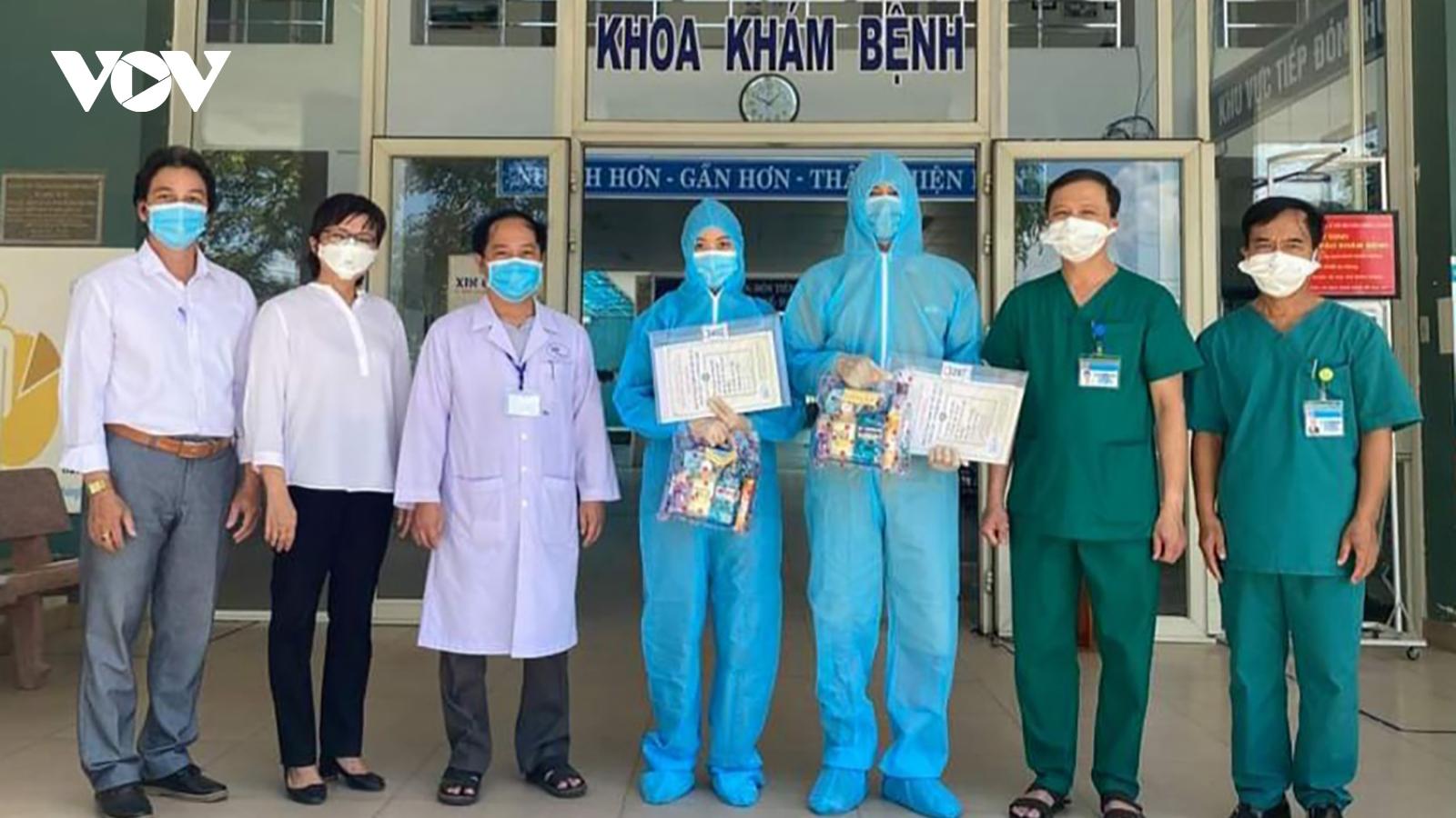 2 bệnh nhân hết Covid-19 tại Trung tâm Y tế Hòa Vang được xuất viện