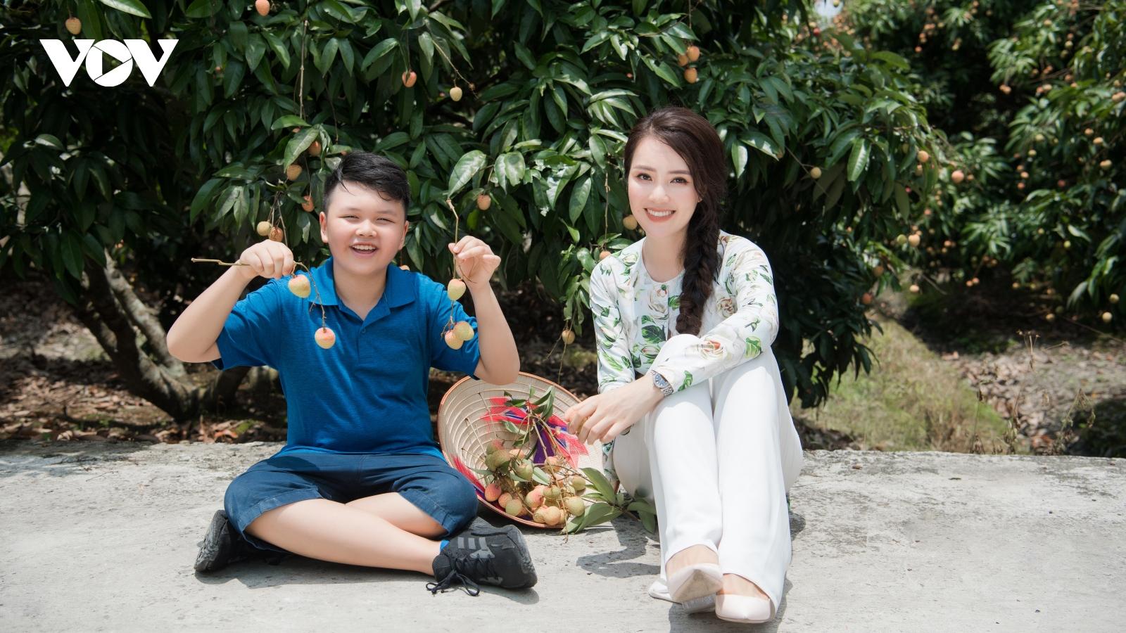 Á hậu Thuỵ Vân đưa con trai đi trải nghiệm vườn vải Thanh Hà