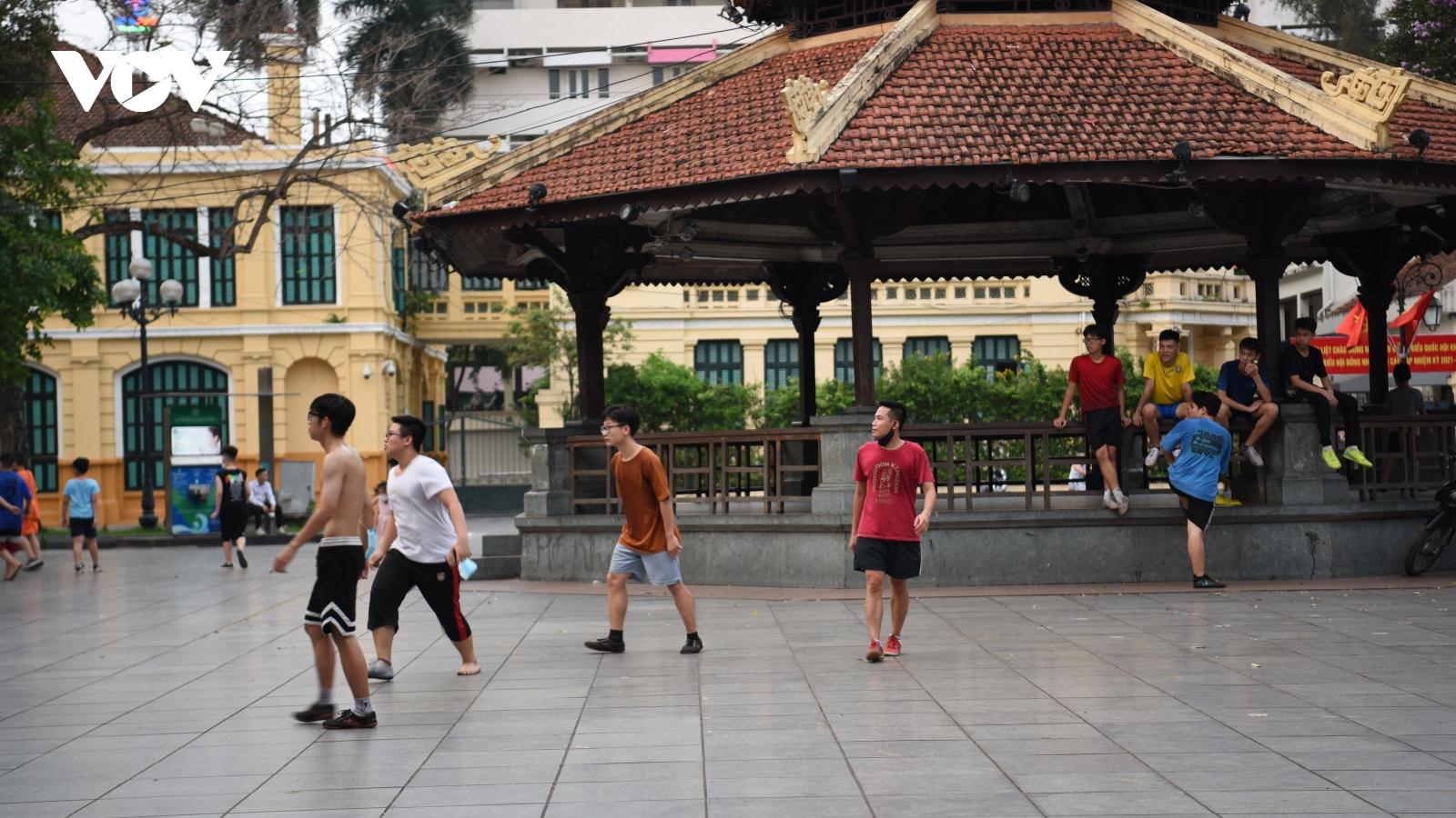 Một số người dân vẫn tập thể dục ở vườn hoa, công viên, phớt lờ phòng dịch Covid-19