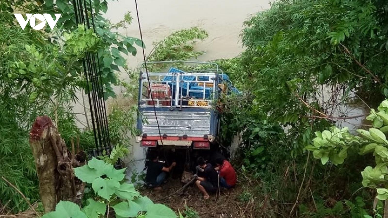 Xe tải lao xuống sông, lái xe may mắn thoát nạn
