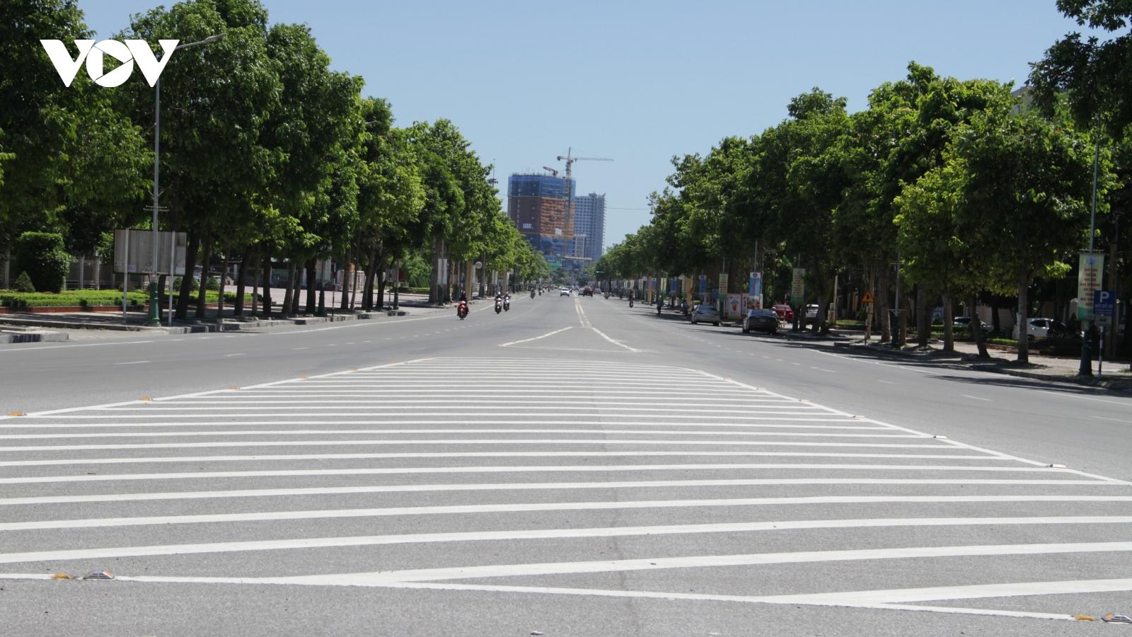 Thành phố hơn nửa triệu dân vắng lặng trong ngày đầu giãn cách xã hội
