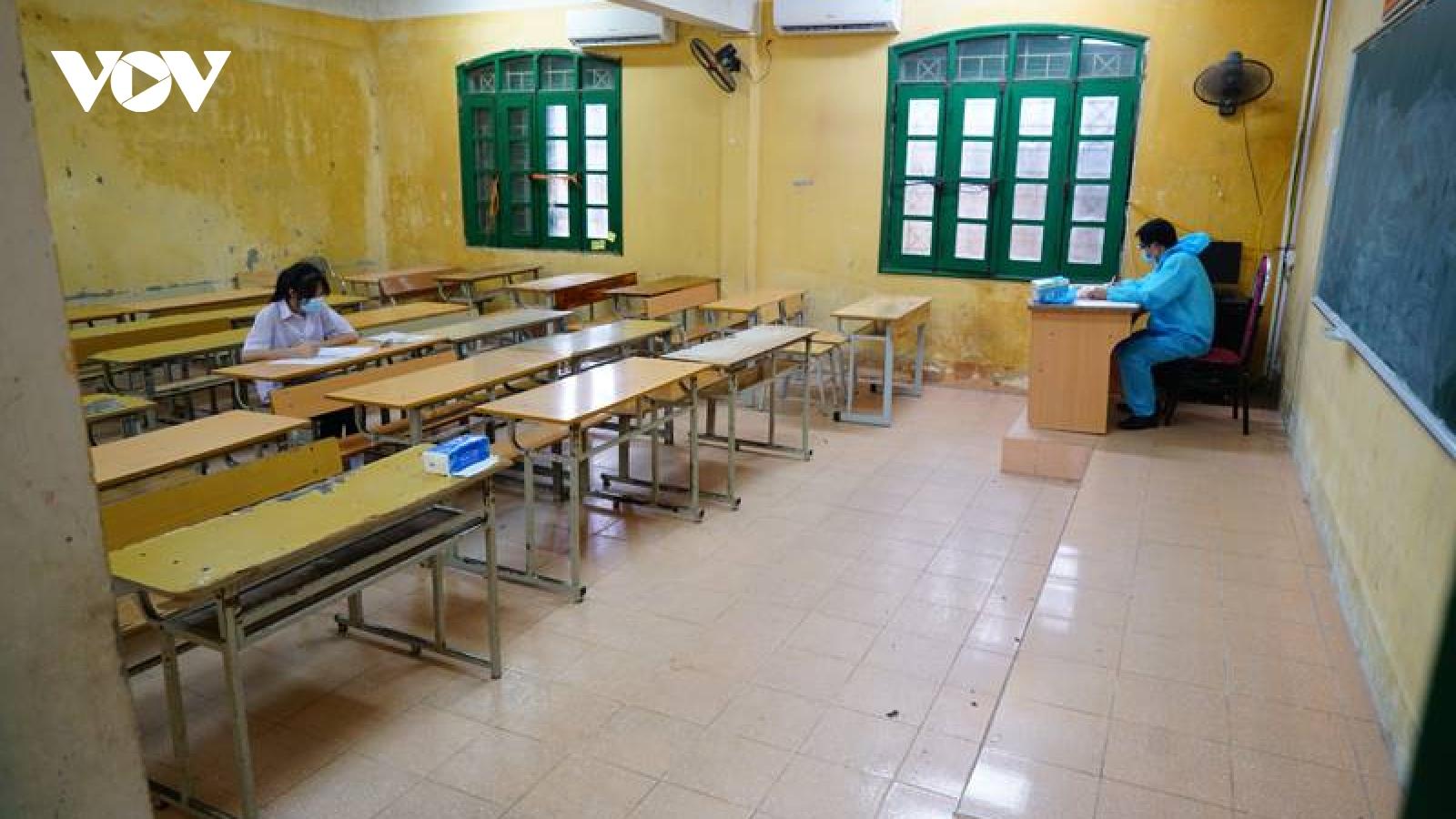 Thi vào 10 ở Hà Nội: Phòng thi đặc biệt chỉ có 1 thí sinh, giám thị mặc đồ bảo hộ