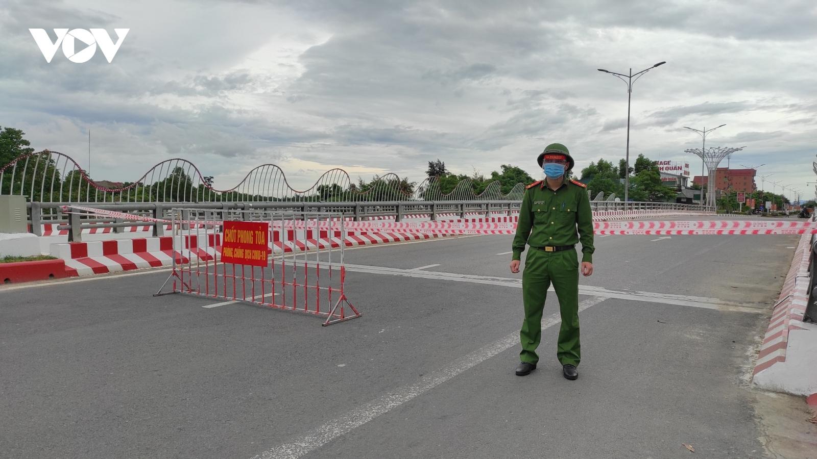 Trong ngày giãn cách xã hội đầu tiên, thành phố Hà Tĩnh vắng lặng khác thường