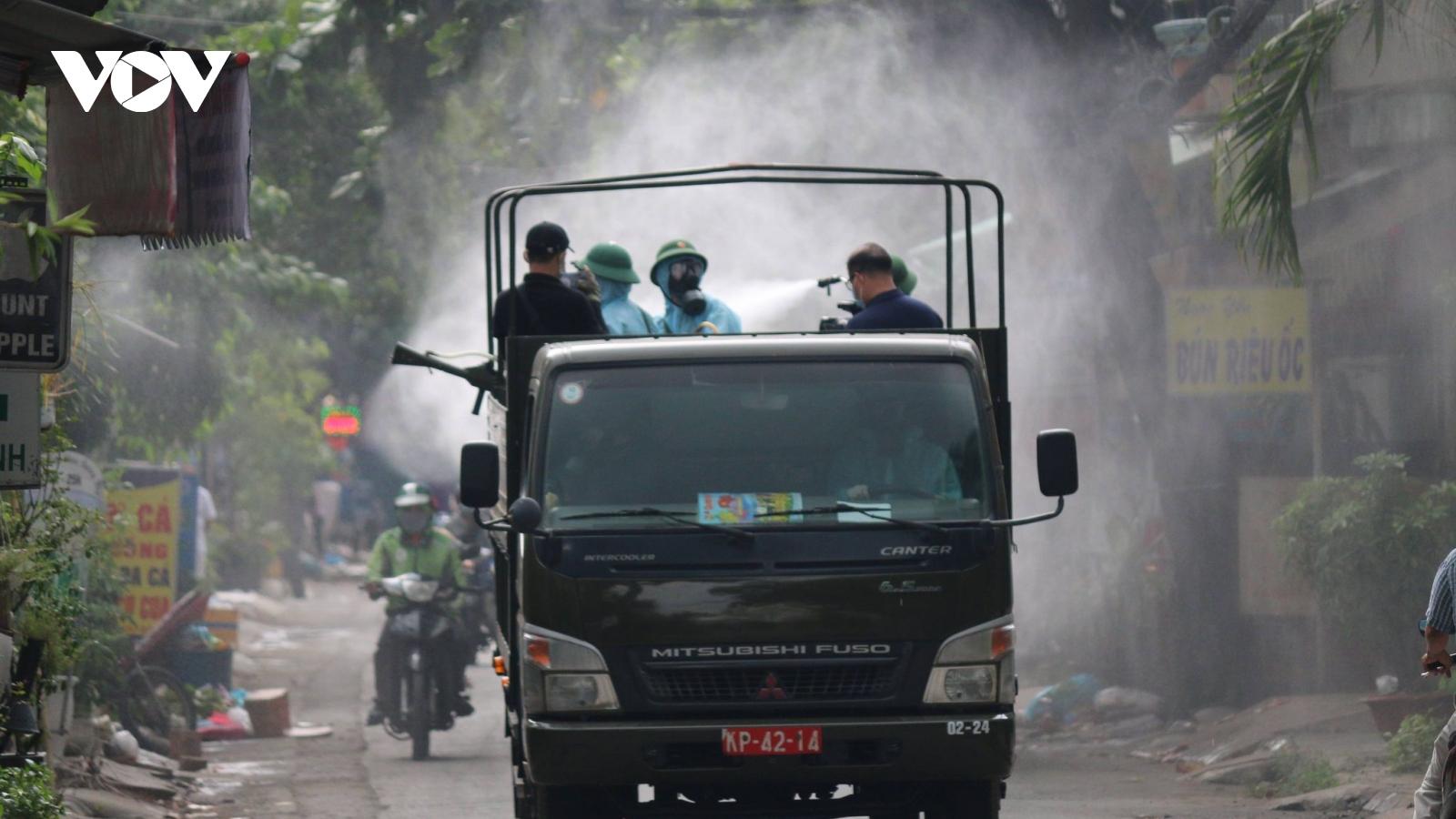 """Quân đội phun tiêu độc khử trùng tại """"điểm nóng"""" Covid-19 ở Gò Vấp (TP HCM)"""
