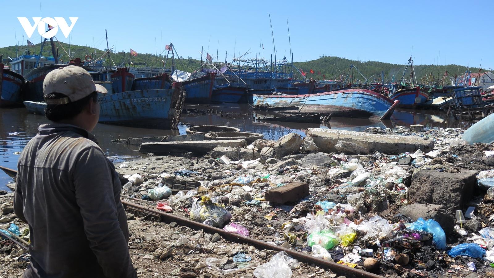 Ô nhiễm môi trường nghiêm trọng tại các cảng cá ở Quảng Ngãi