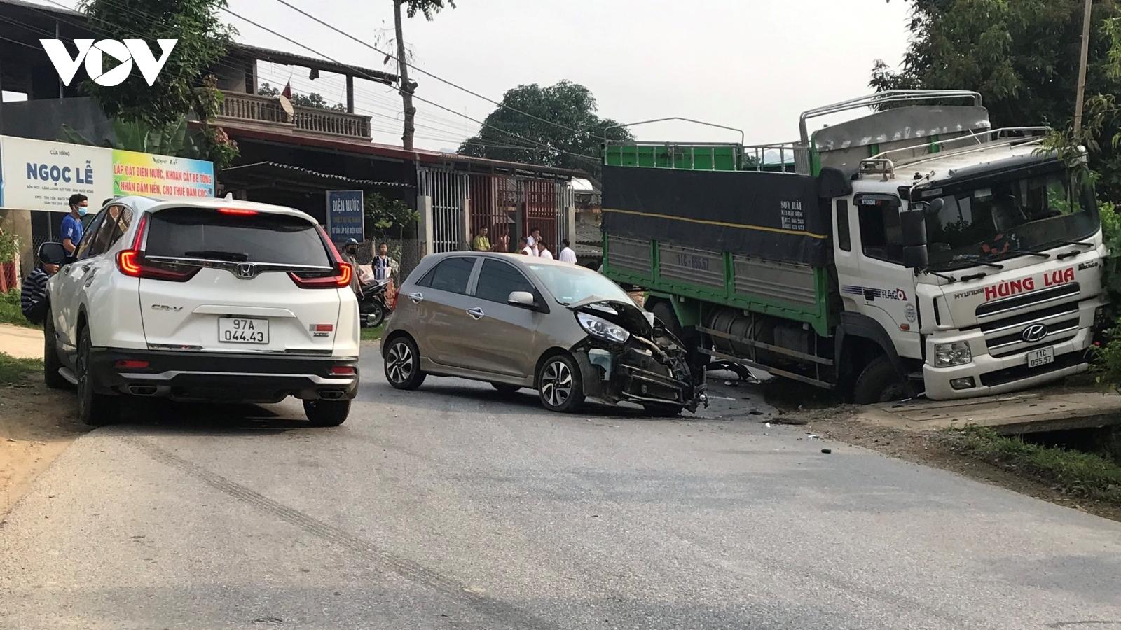 Tai nạn giao thông liên hoàn khiến 2 người bị thương