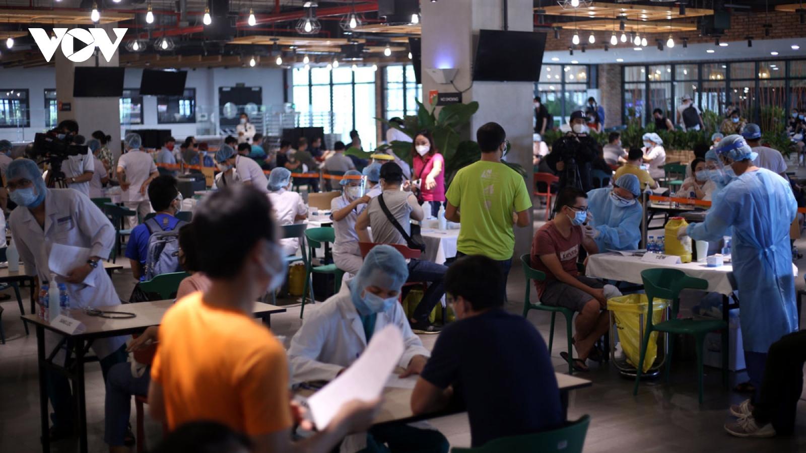Ảnh: Hàng ngàn công nhân tại TP.HCM tiêm vaccine Covid-19