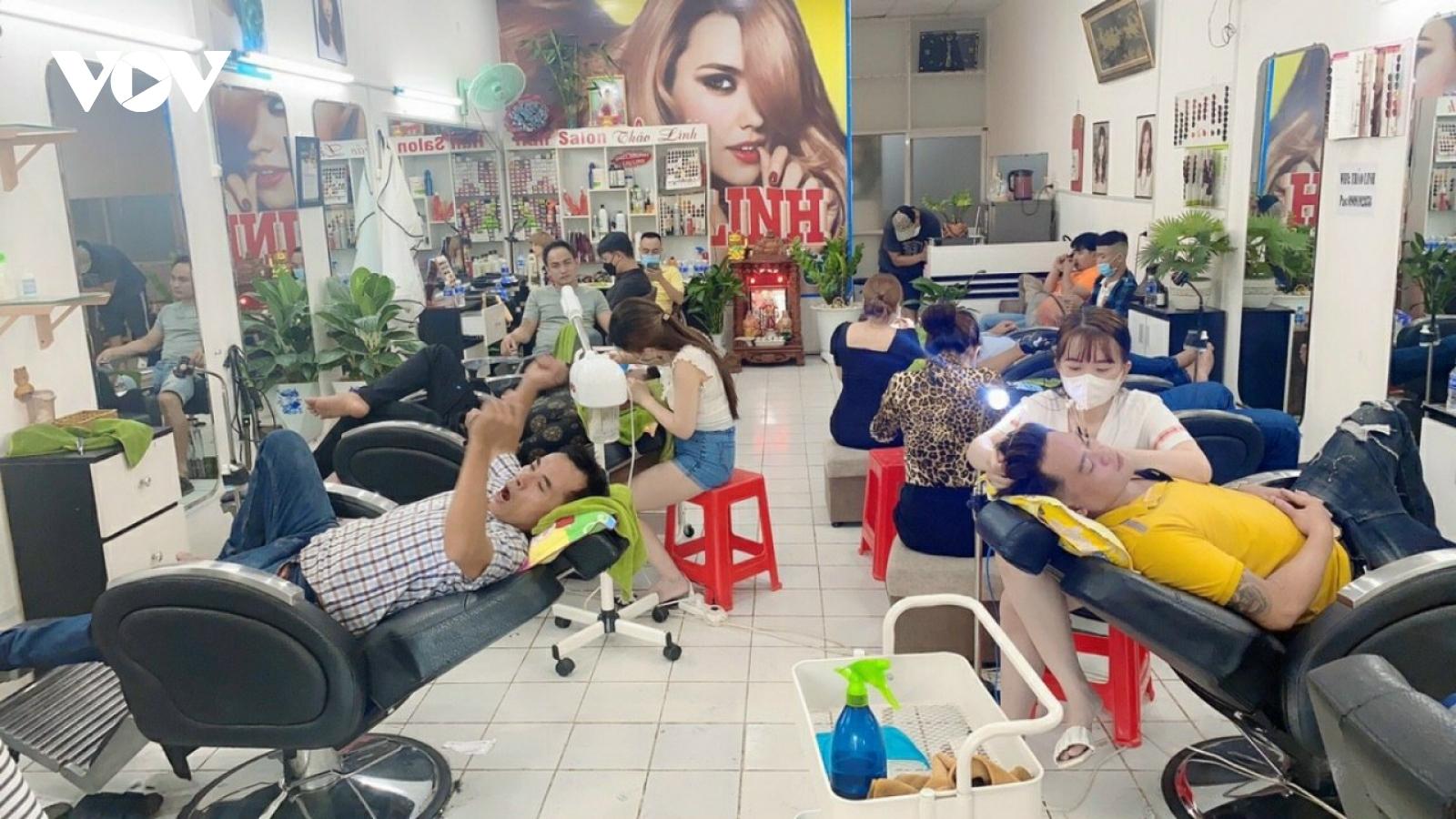 Nhiều tiệm gội đầu, cắt tóc ở Long An hoạt động bất chấp lệnh giãn cách xã hội