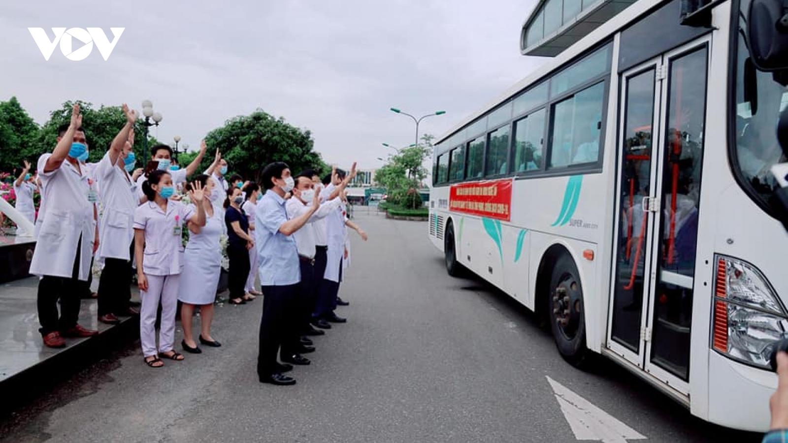 """52 bác sĩ, điều dưỡng Nghệ An lên đường chi viện Hà Tĩnh """"đánh"""" Covid-19"""