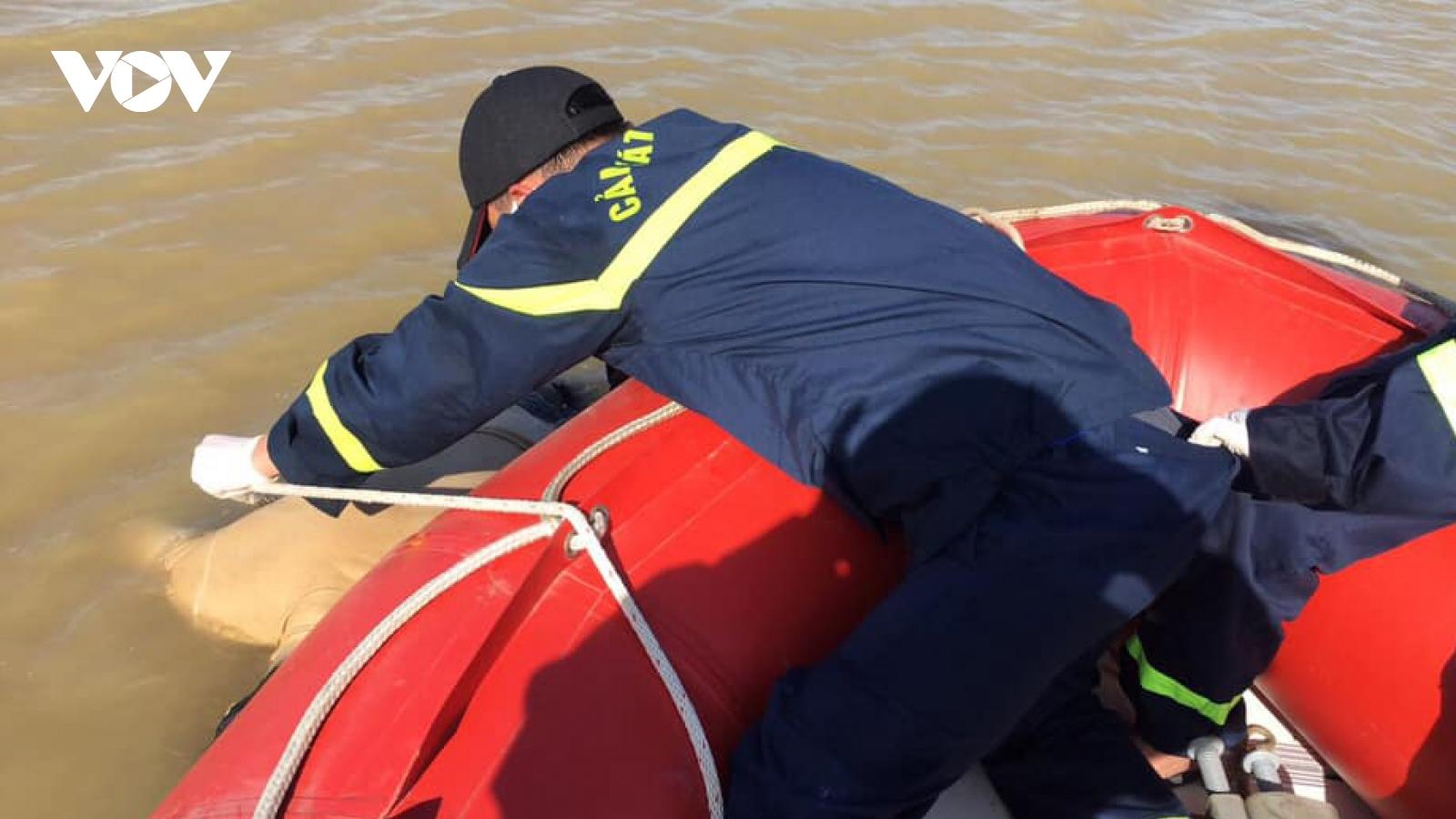 Phát hiện thi thể nam thanh niên mặc áo phông trắng trên sông Lam