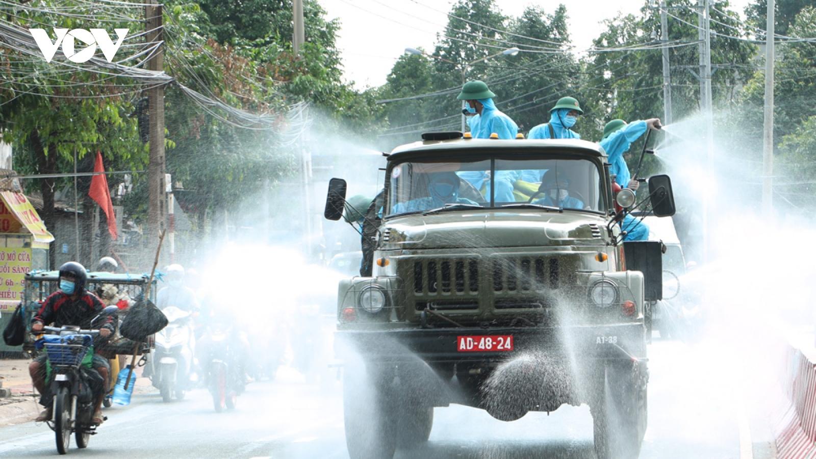 Bộ Tư lệnh Quân đoàn 4 hỗ trợ Bình Dương phun khử khuẩn phòng dịch Covid-19