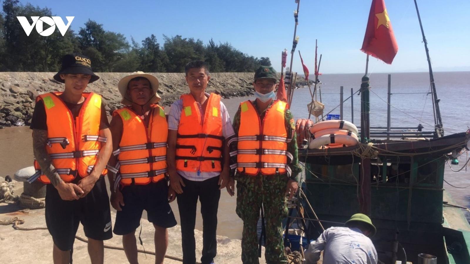 Cứu 3 thuyền viên tàu vận tải bị nạn trên biển