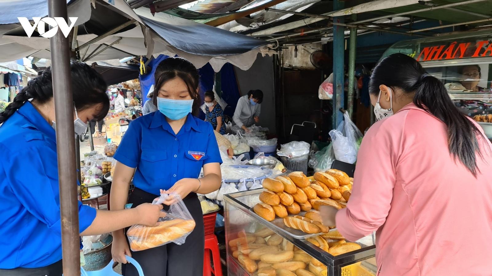 """""""Đi chợ giúp dân"""" ở các khu phong tỏa tại TP.HCM"""