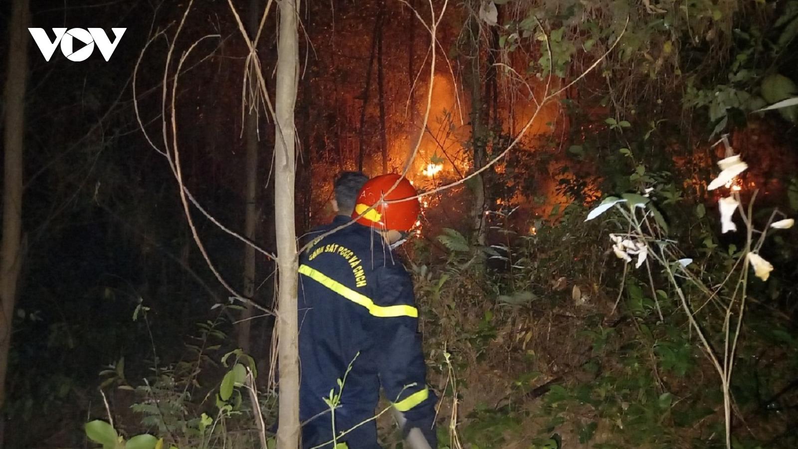 Hàng trăm các bộ chiến sĩ xuyên đêm khống chế cháy rừng ở Thừa Thiên Huế