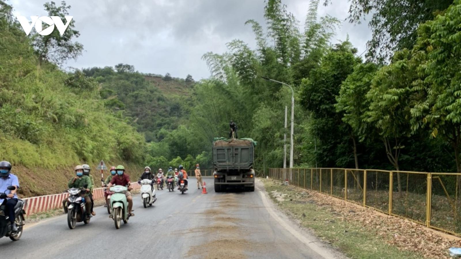 CSGT Sơn La kịp thời xử lý vết dầu loang gây nguy hiểm trên Quốc lộ 6