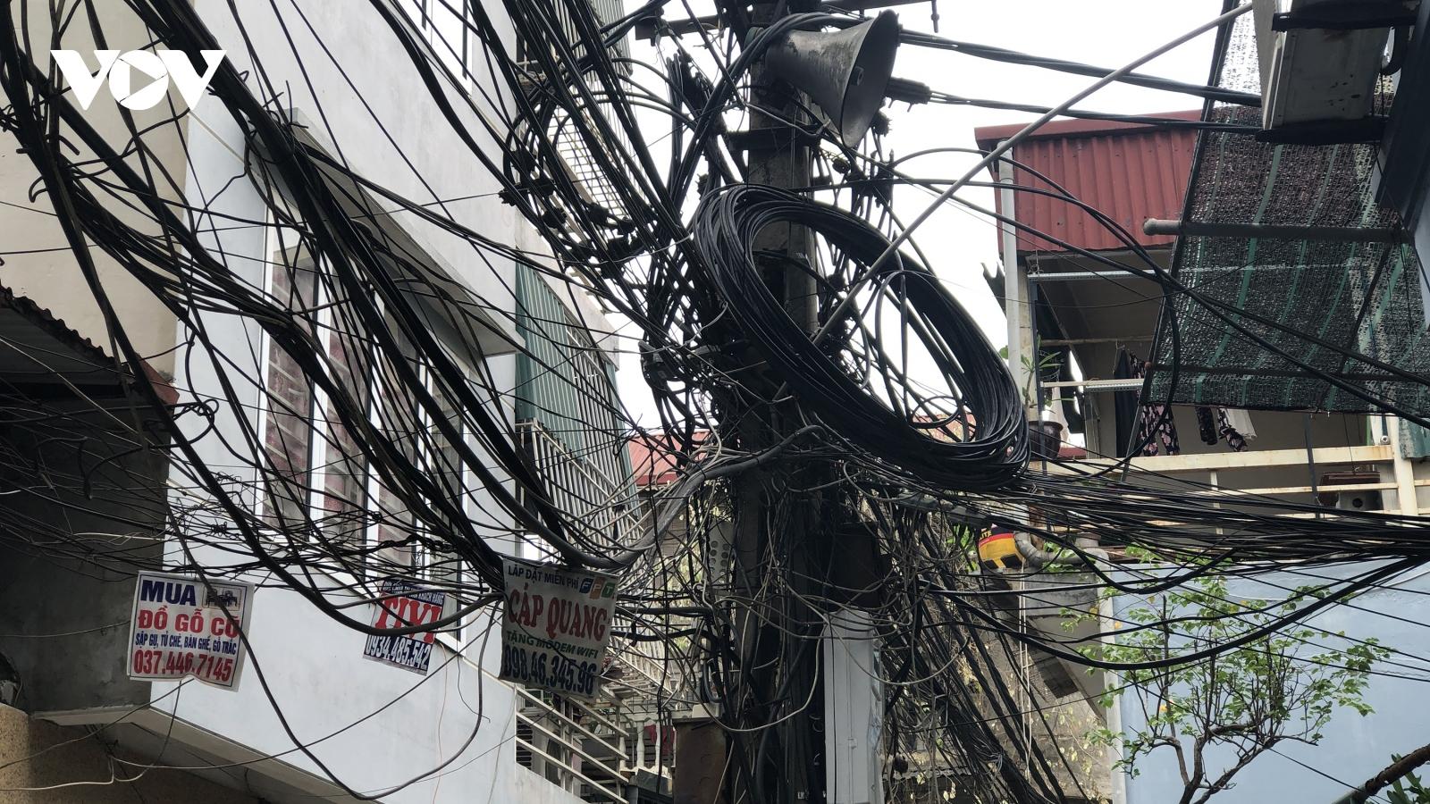 Đường điện, dây thông tin bó to như gốc cây vắt vẻo trên đầu người dân Thủ đô