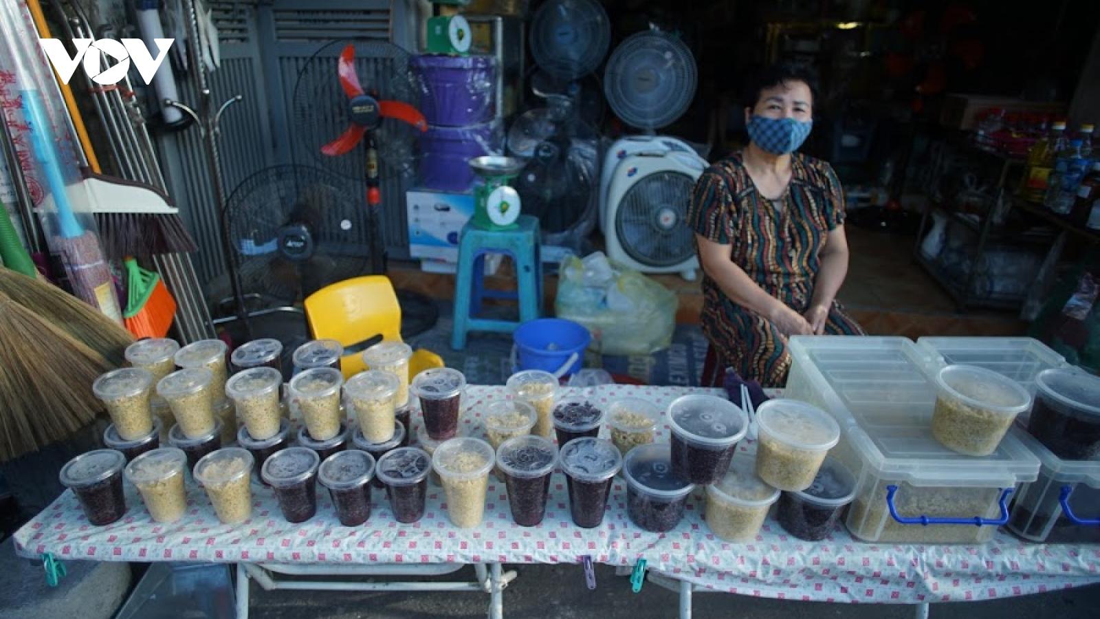 Người Hà Nội đi chợ sớm mua rượu nếp, bánh tro trong Tết Đoan ngọ