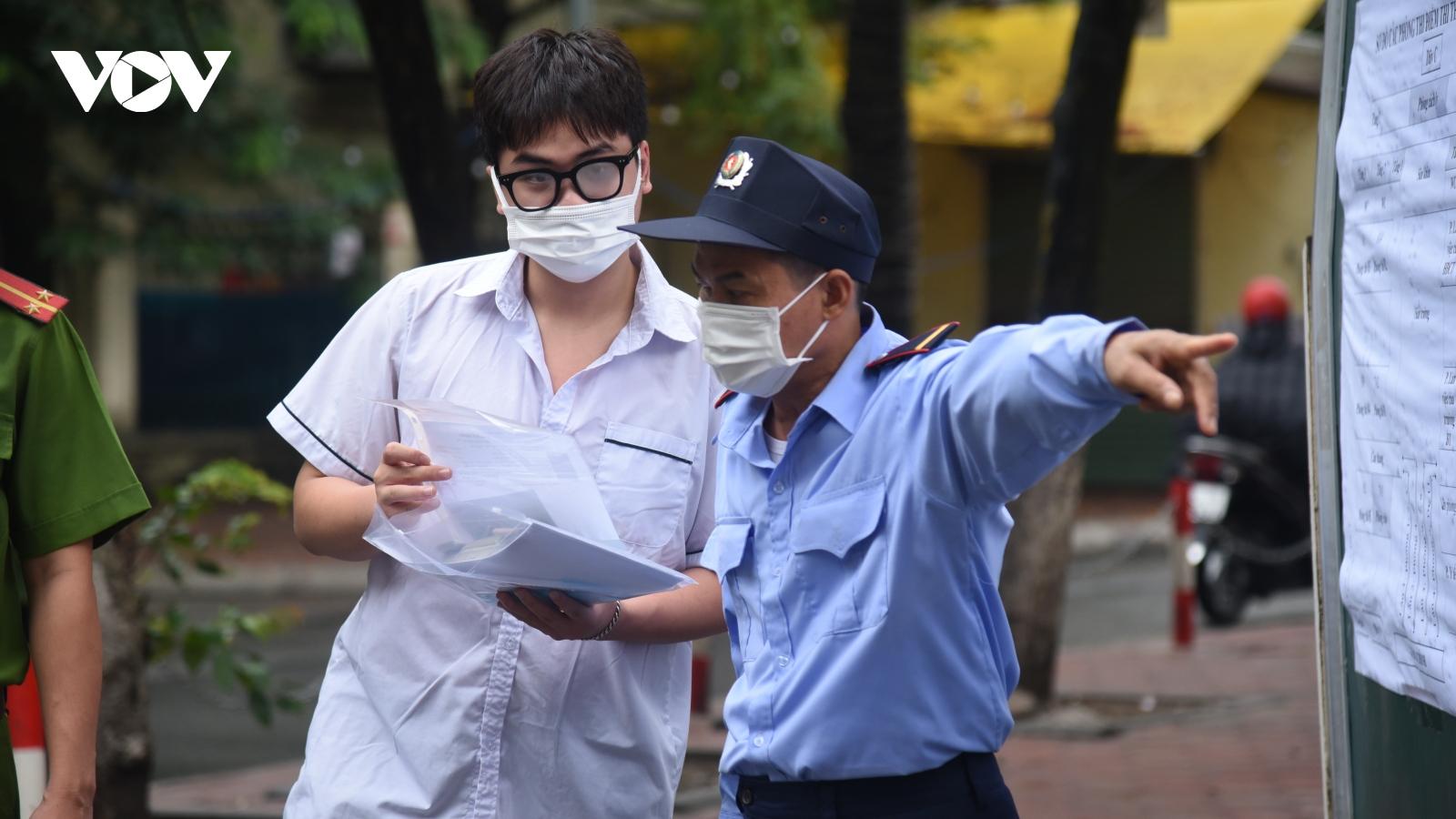 Thí sinh Hà Nội đội mưa đi thi buổi đầu tiên vào lớp 10 THPT