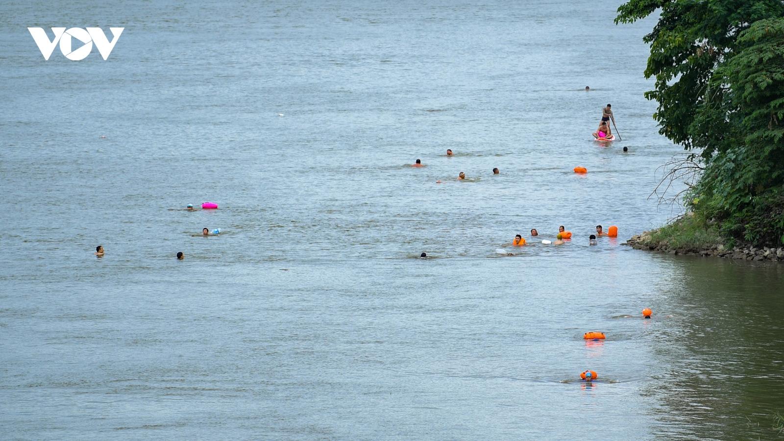 """Nhiều người đổ ra sông hồ bơi lội, bất chấp quy định về """"khoảng cách"""""""