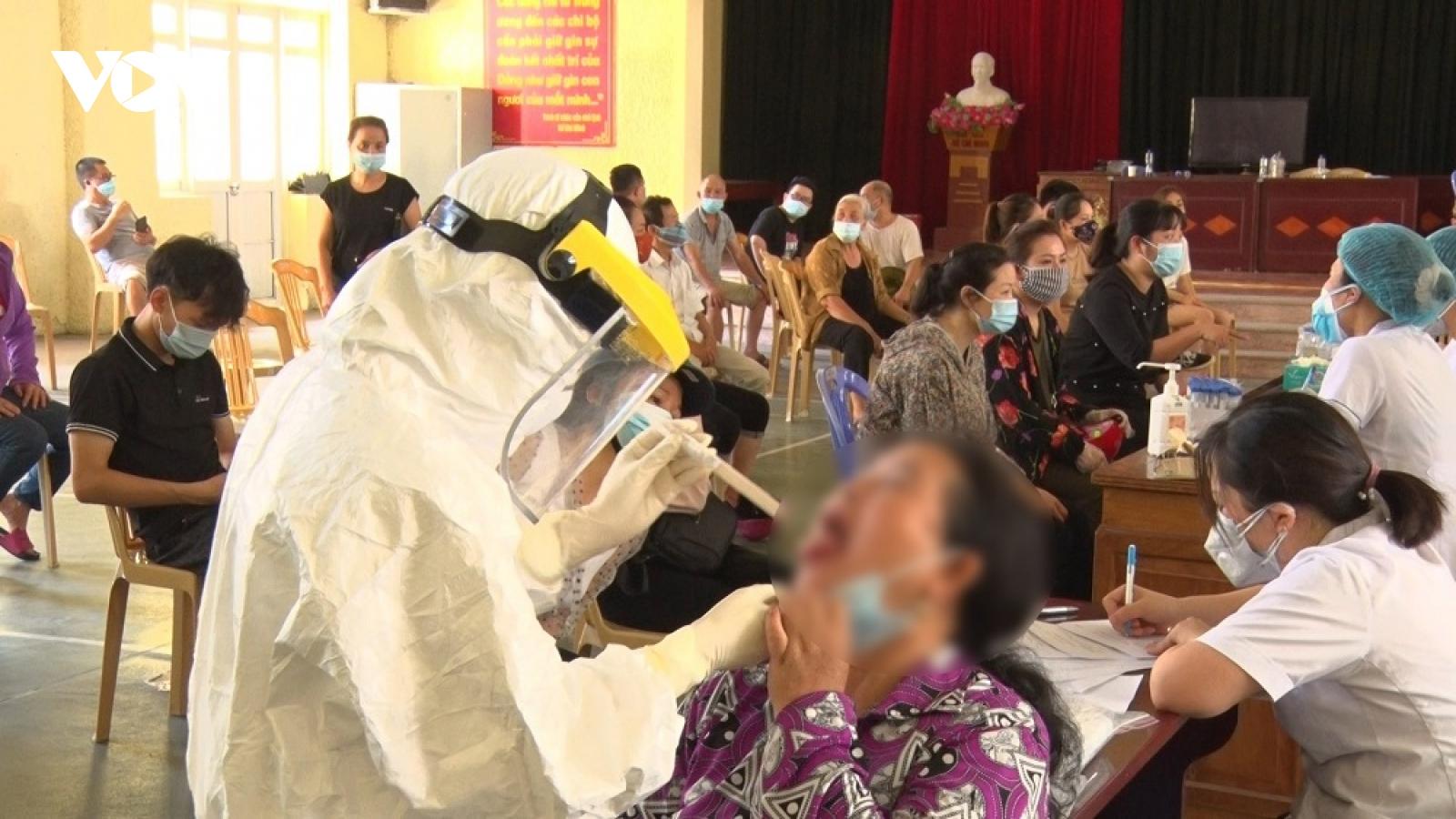 Chuyển bệnh nhân mắc Covid-19 ở Lào Cai tới Bệnh viện Bệnh Nhiệt đới Trung ương