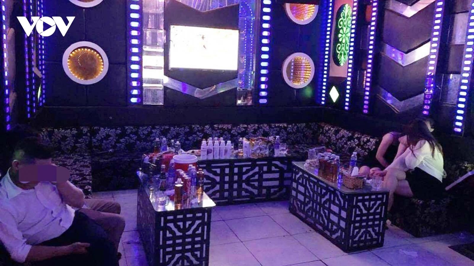 Phát hiện quán karaoke mở cửa đón khách bất chấp lệnh cấm