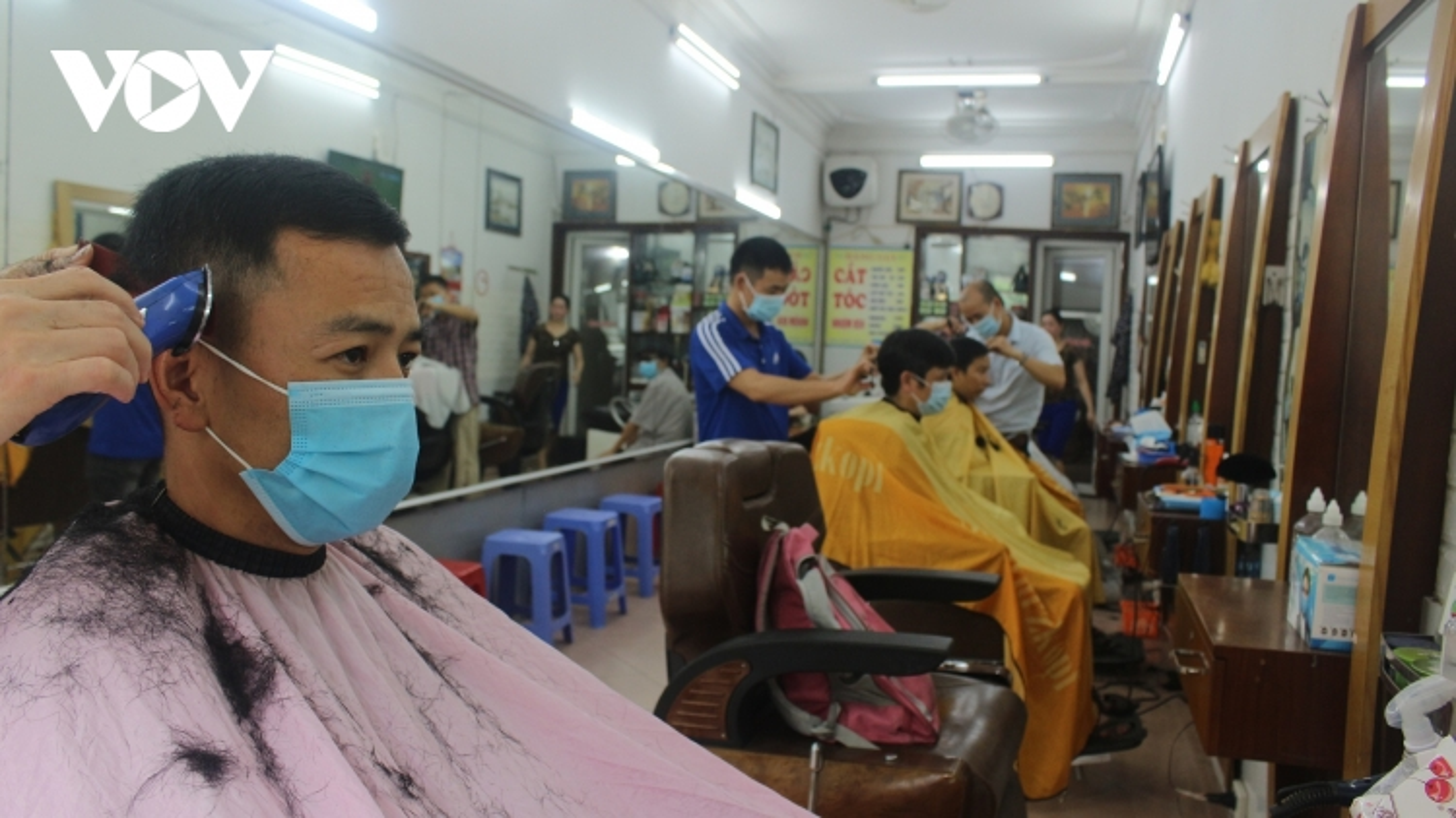 Người dân Hà Nội phấn khởi mở lại quán ăn, tiệm làm tóc