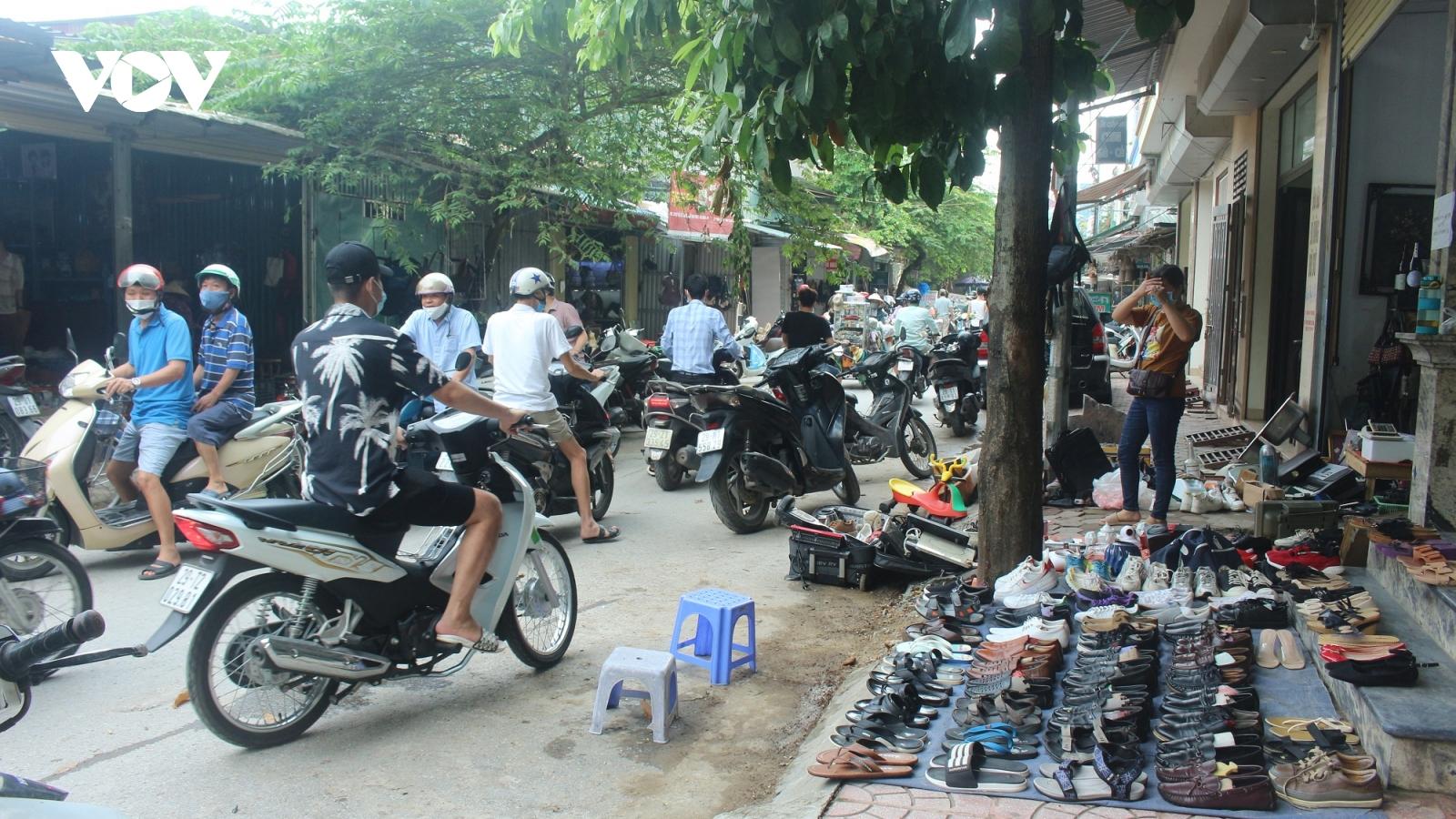 Lấn chiếm vỉa hè, lòng đường để kinh doanh ở chợ đồ cổ Vạn Phúc