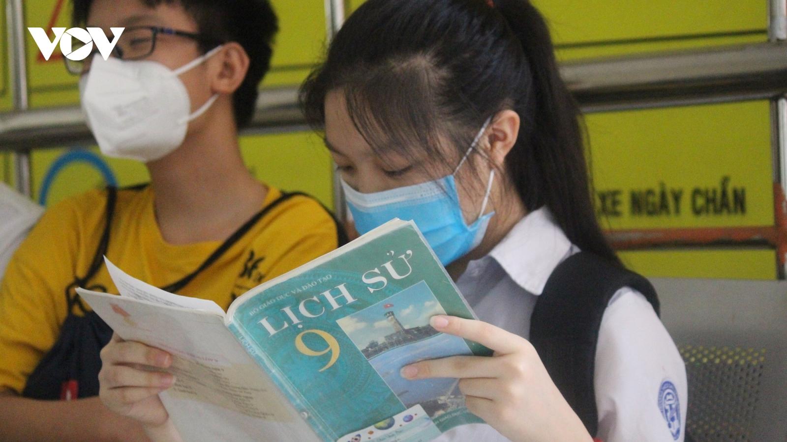 """Các sĩ tử thi vào lớp 10 ở Hà Nội tranh thủ ôn Lịch sử trước """"giờ G"""""""