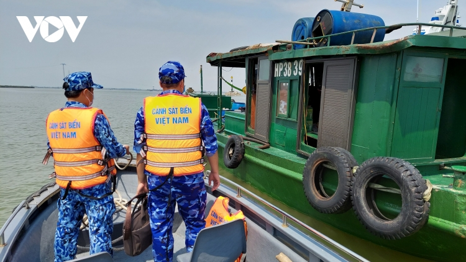 Cảnh sát biển tạm giữ 25.000 lít dầu DO không rõ nguồn gốc