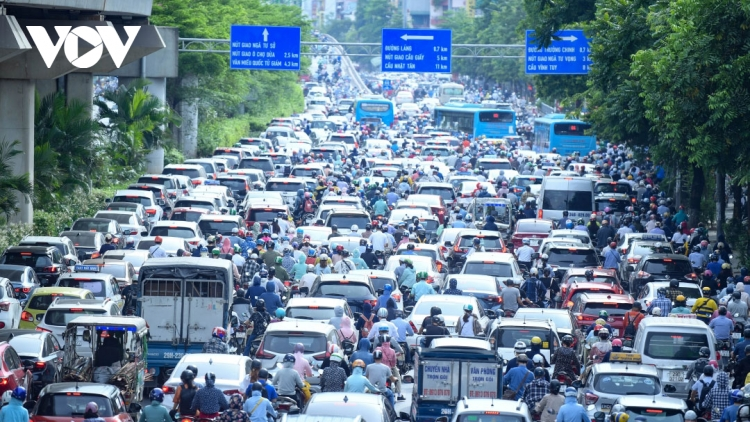 Hanoi suffers heavy traffic jams after easing of COVID-19 restrictions