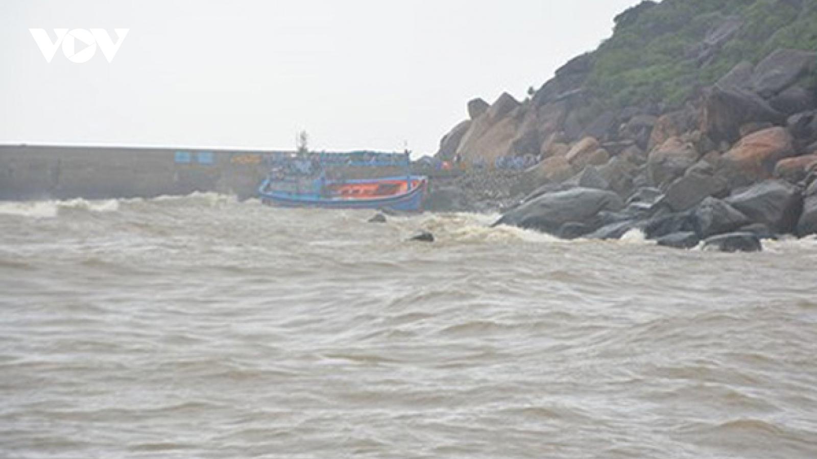 Tìm kiếm 2 ngư dân Thanh Hoá mất liên lạc