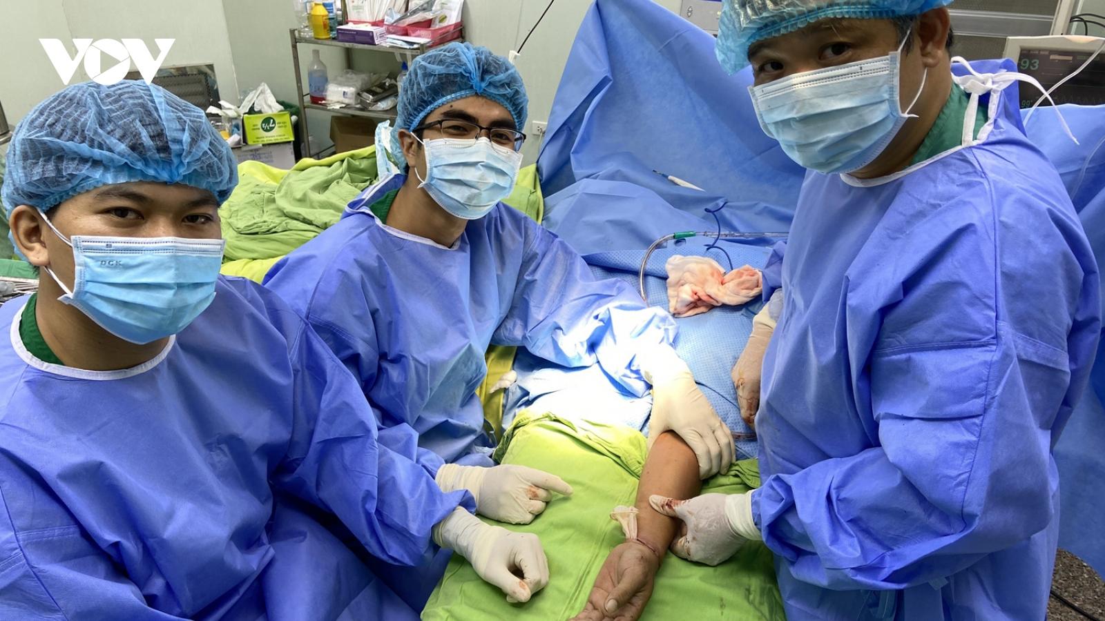 Phẫu thuật thành công cho một bệnh nhân đứt lìa bàn tay