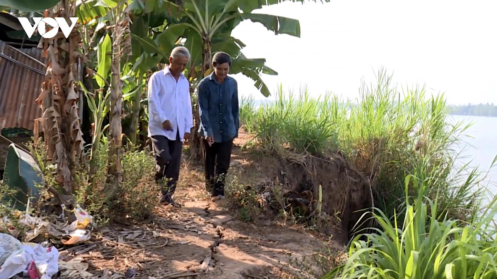 Nhiều đoạn đê bao ven sông ở Trà Vinh bị sạt lởnghiêm trọng