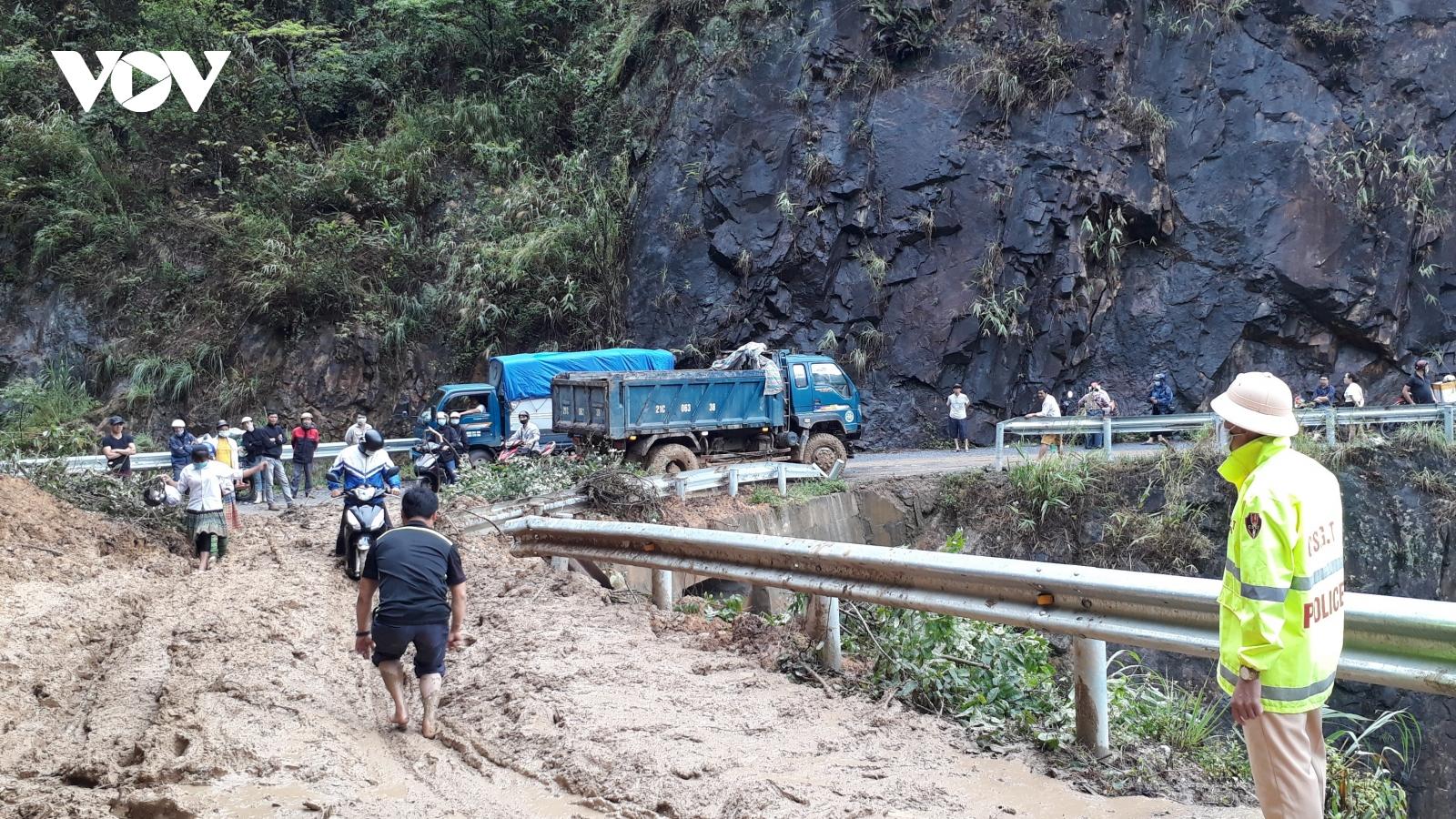 Sạt lở gây tắc đường đi huyện Trạm Tấu (Yên Bái)