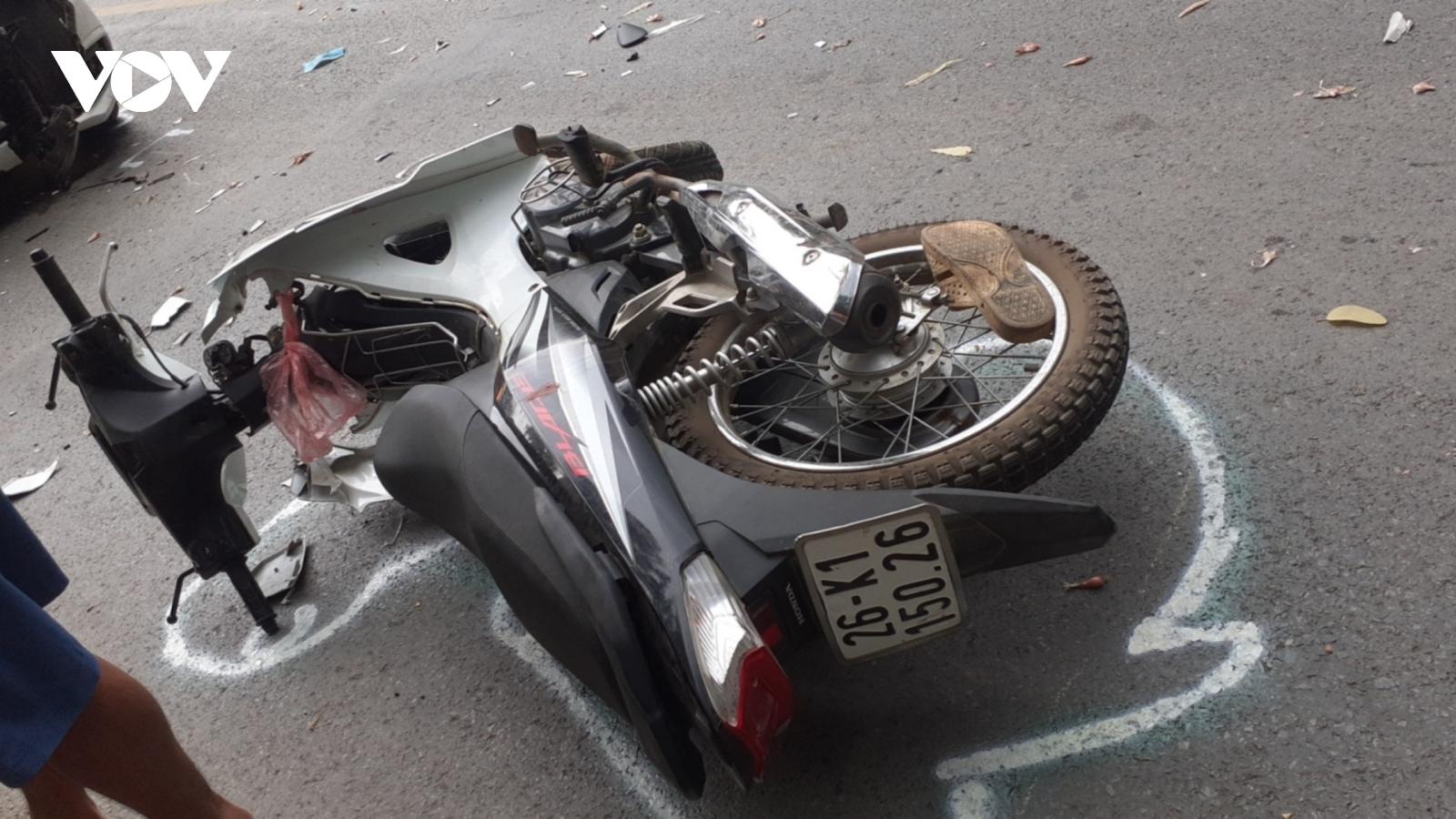 Va chạm giữa xe mô tô và ô tô trên Quốc lộ 6, 1 người bị thương nặng
