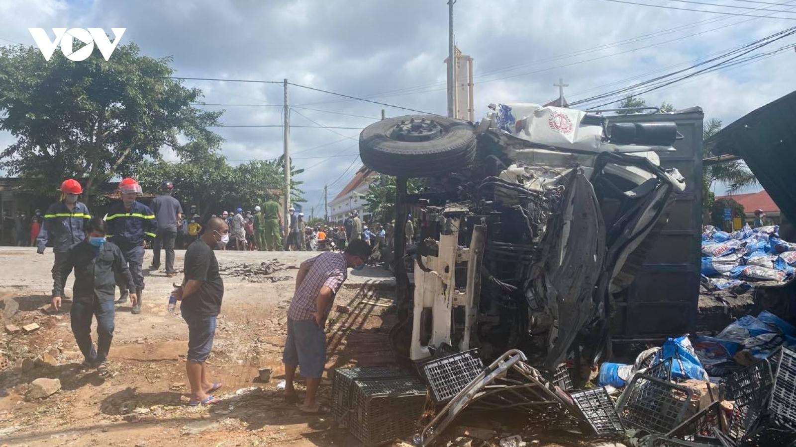 Xe tải va chạm với xe khách và công nông khiến 2 người thiệt mạng