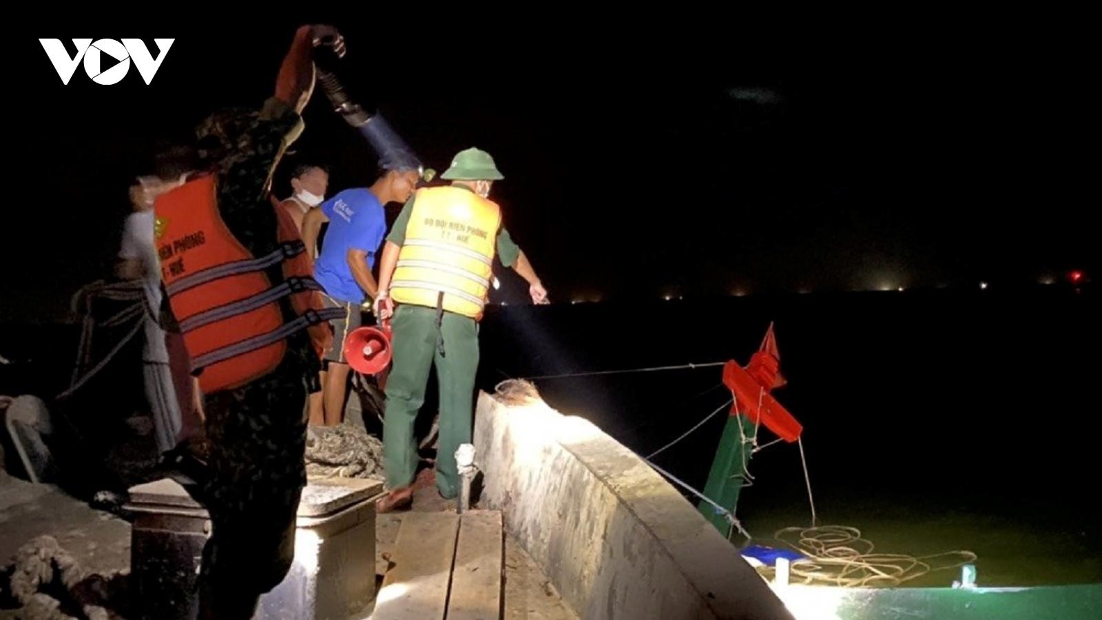 Tàu cá bị xà lan đâm chìm trong đêm, 1 thuyền viên bị thương nặng