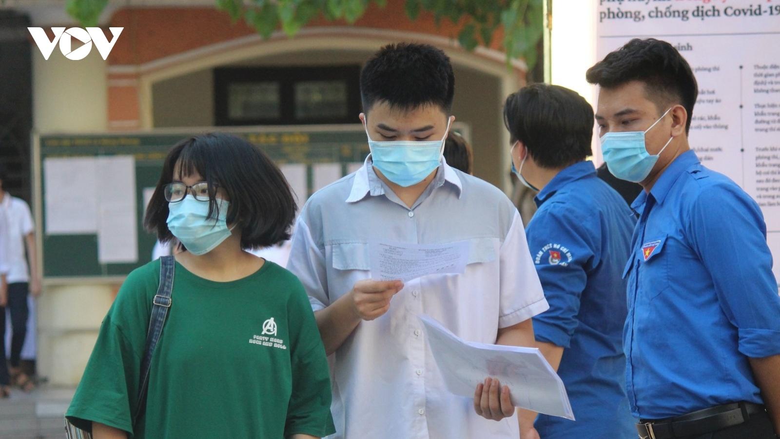 Nhiều sĩ tử thi vào trường chuyên ở Hà Nội tiếc nuối vì không hoàn thành bài thi