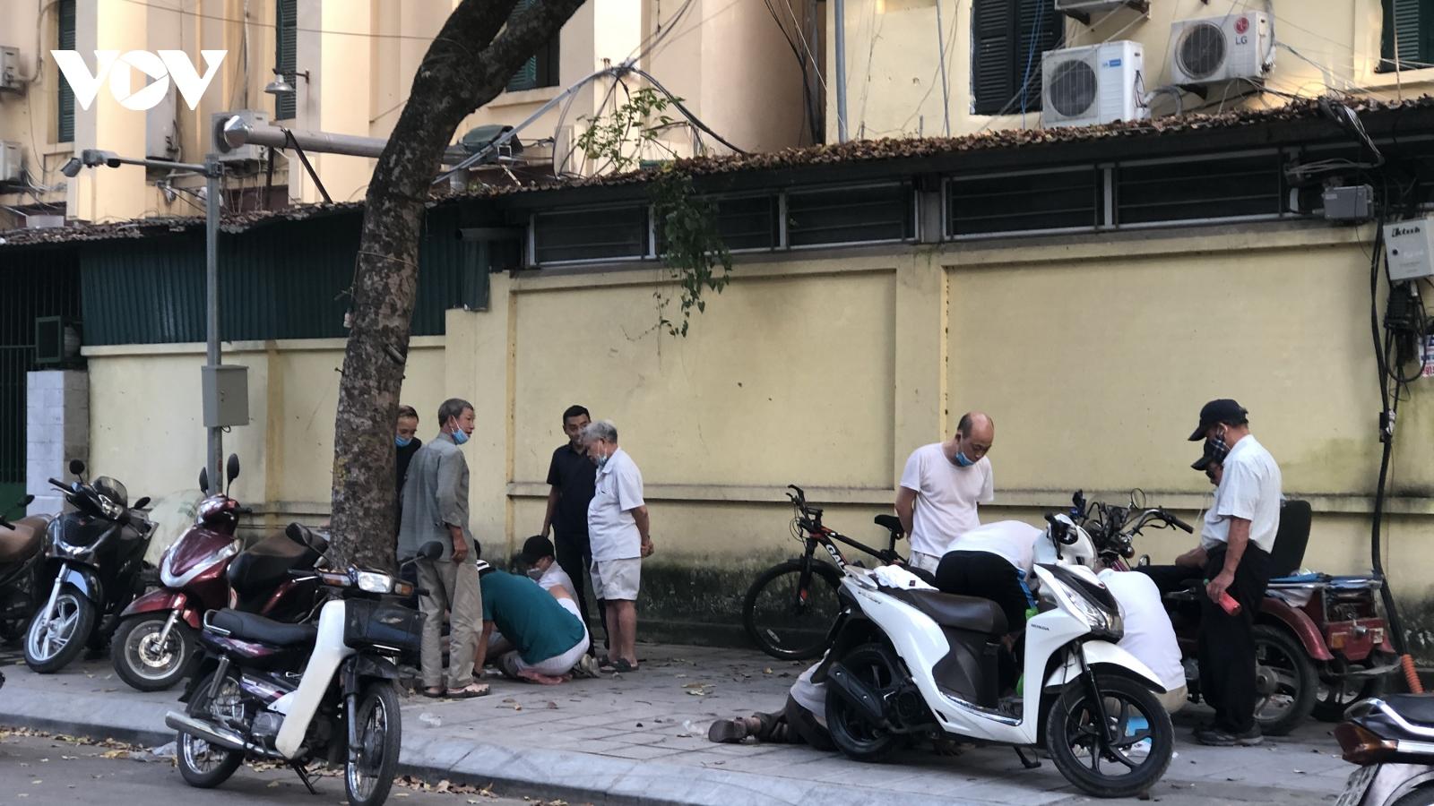 Người Hà Nội lại tập trung đông nơi công cộng, không đeo khẩu trang, lơ là chống dịch