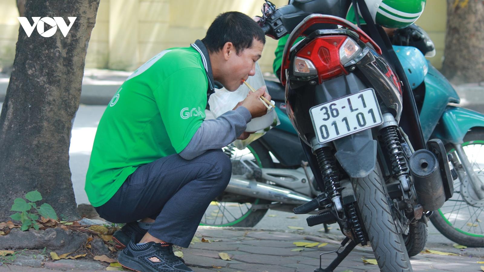 Bữa cơm trưa vội vàng giữa mùa dịch của những người lao động