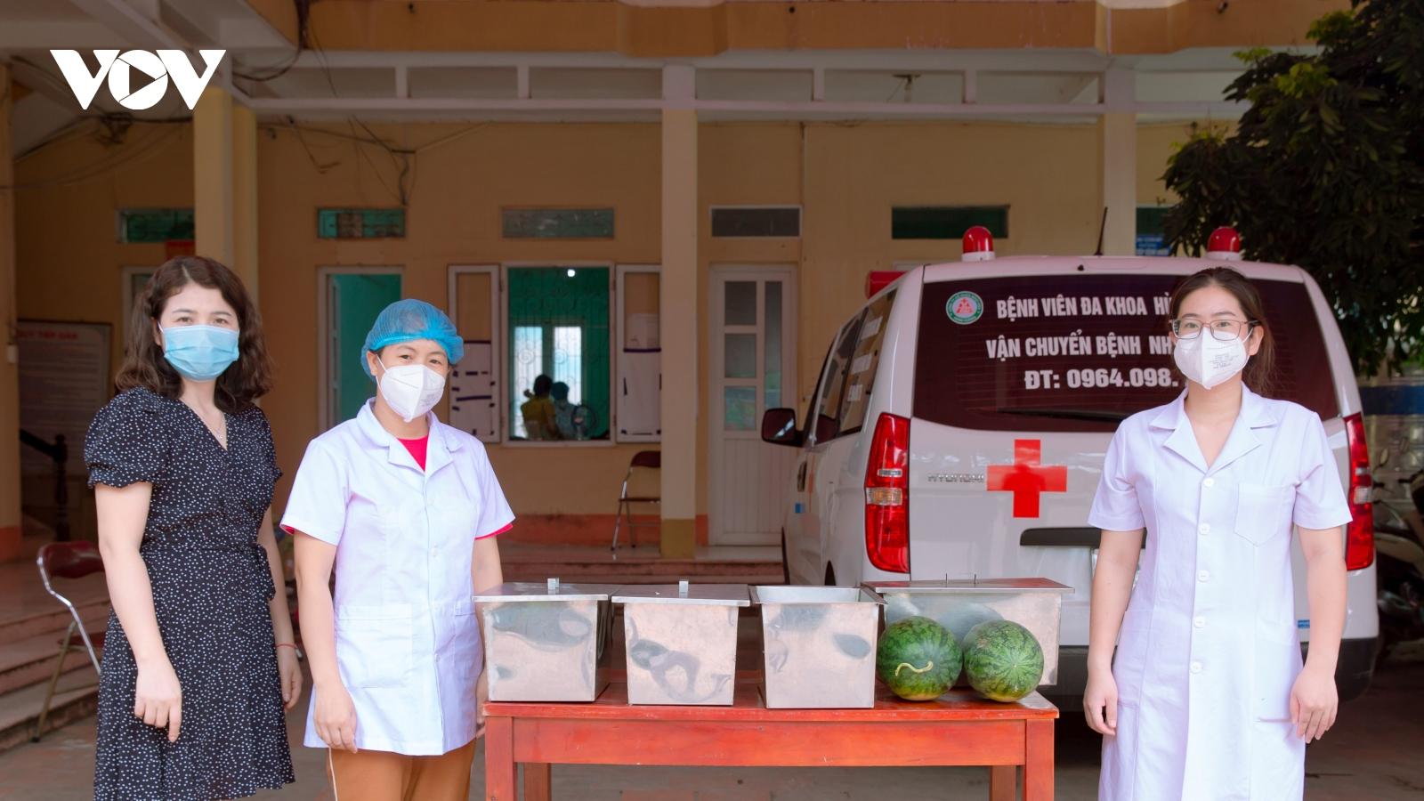 Những suất cơm nghĩa tình gửi các bác sỹ tuyến đầu ở tâm dịch Bắc Giang